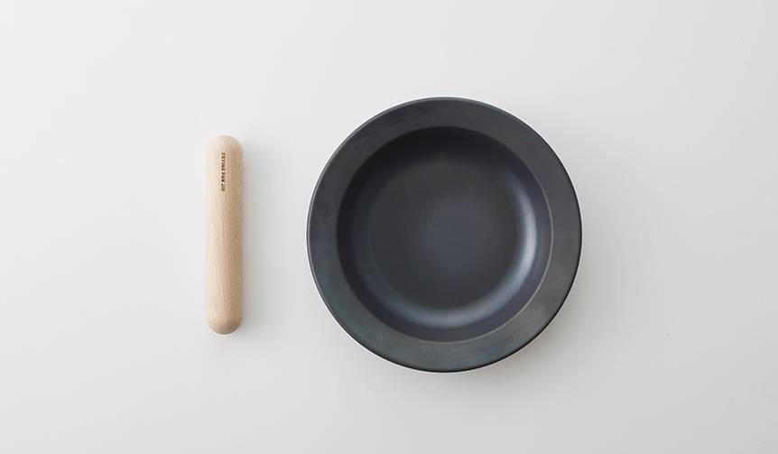 「つくる」と「たべる」を1つに。町工場が製造する鉄フライパン「ジュウ」|TENT × 藤田金属