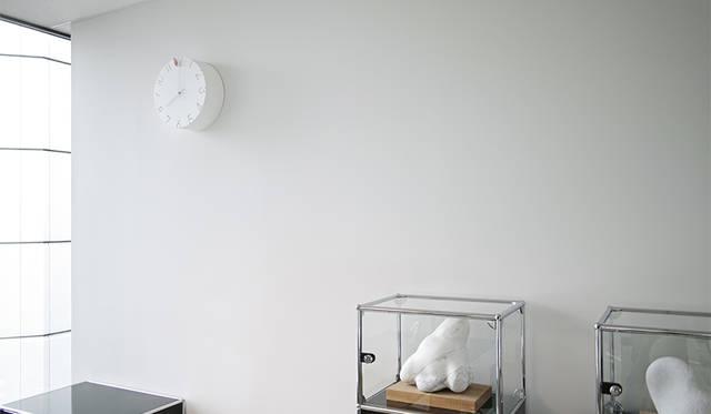周囲の光に合わせてさまざまな表情をみせる「CARVED」のカッコー時計|Lemnos