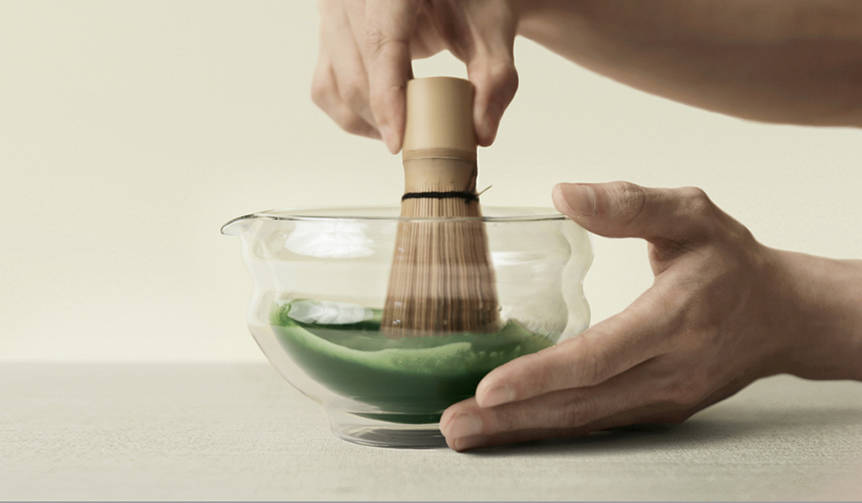 一度に複数人分の抹茶を点ててシェアできるUK発のガラス製片口茶碗|Matchaeologist