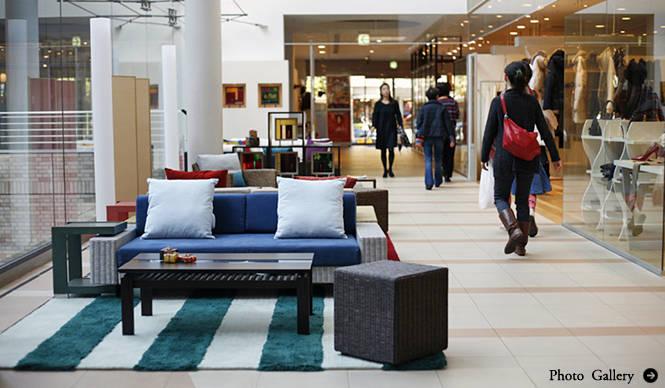 a.flat|「代官山アドレス・ディセ」で家具とステンドグラスのコラボレーション