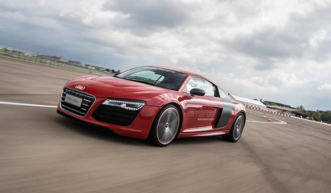アウディ R8 e-tron に試乗|Audi