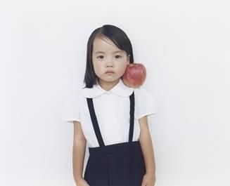 ART|同じ洋服、動作、背景で撮影された子どもたちのポートレイト『1000 Children』