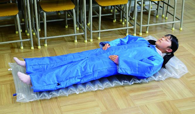 すぐ動ける人型の簡易寝袋にコンパクトなSサイズ登場|PRODUCT Tokyo Tips 2015年2月