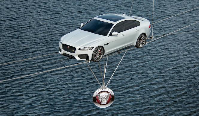 ジャガー新型XF、河を渡るパフォーマンスでデビュー|Jaguar