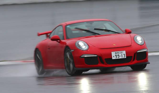 最新の911 GT3を雨の富士スピードウェイでテスト|Porsche