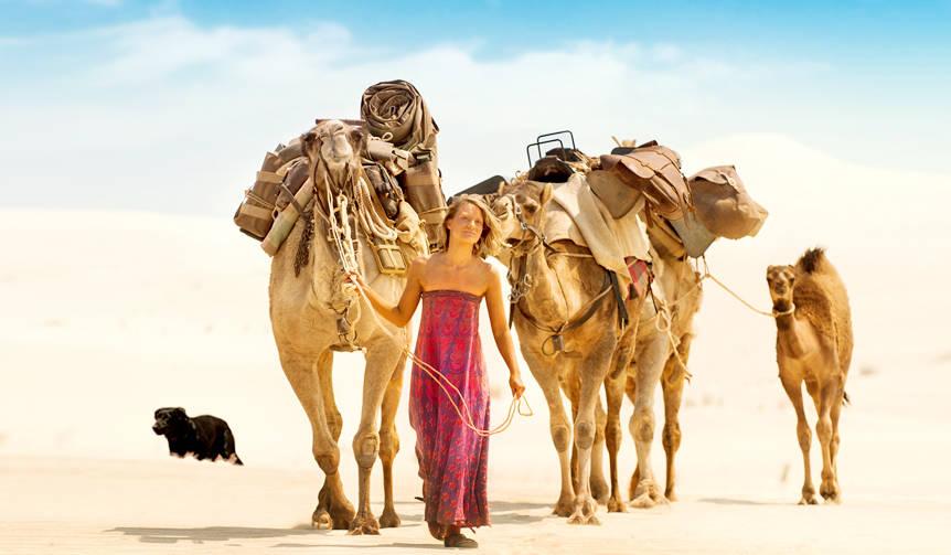 4頭のラクダと愛犬とともにオーストラリアの砂漠を横断した女性の実話を描く『奇跡の2000マイル』|MOVIE