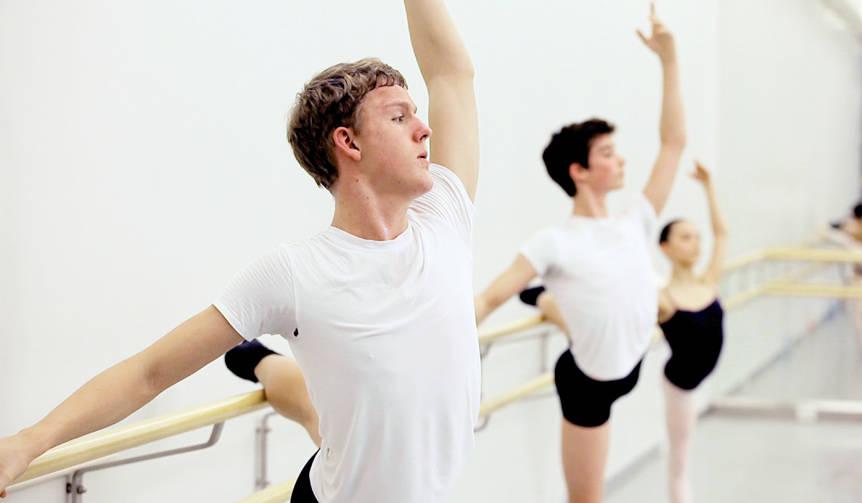 バレエに打ち込む3人の少年たちの成長、苦悩、葛藤に密着『バレエボーイズ』|MOVIE