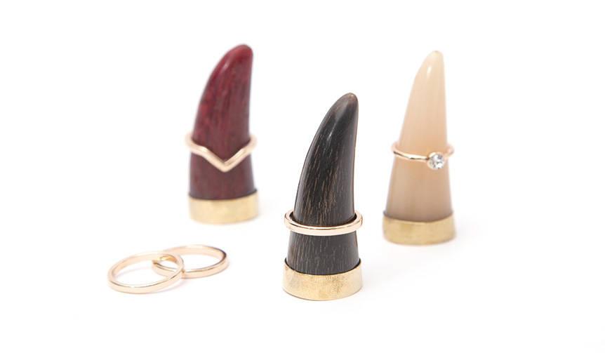 水牛の角と真鍮がリングを映えさせる、アートなリングホルダー|amabro