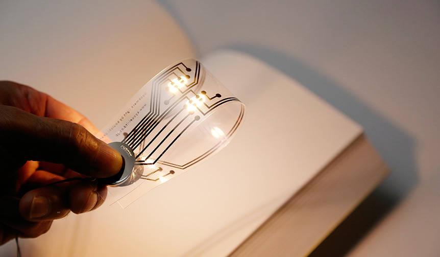 しおりを折り曲げると読書用のライトに!? 画期的な新製品がリリース|kyouei design