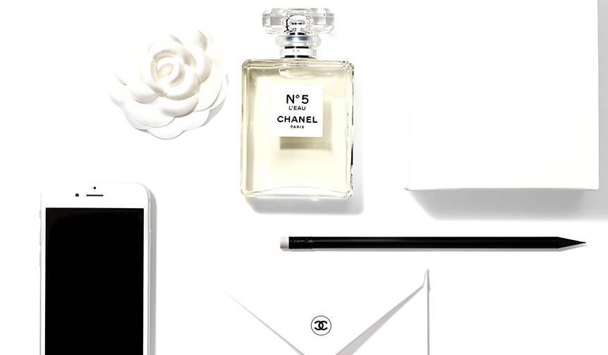 シャネルの香水「N°5」から新作「N°5 ロー」が誕生|CHANEL