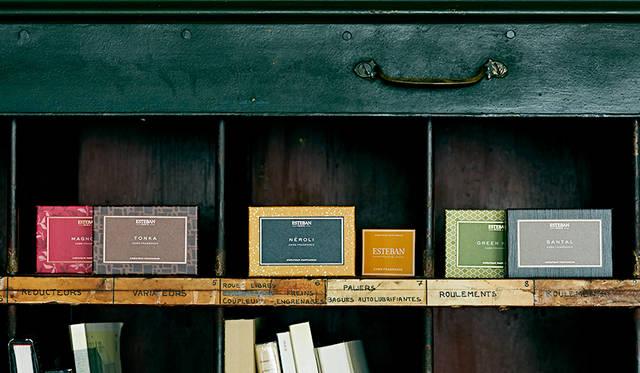 香りを移して楽しむ。名刺入れ、手紙、財布に入れるカードフレグランス|ESTEBAN