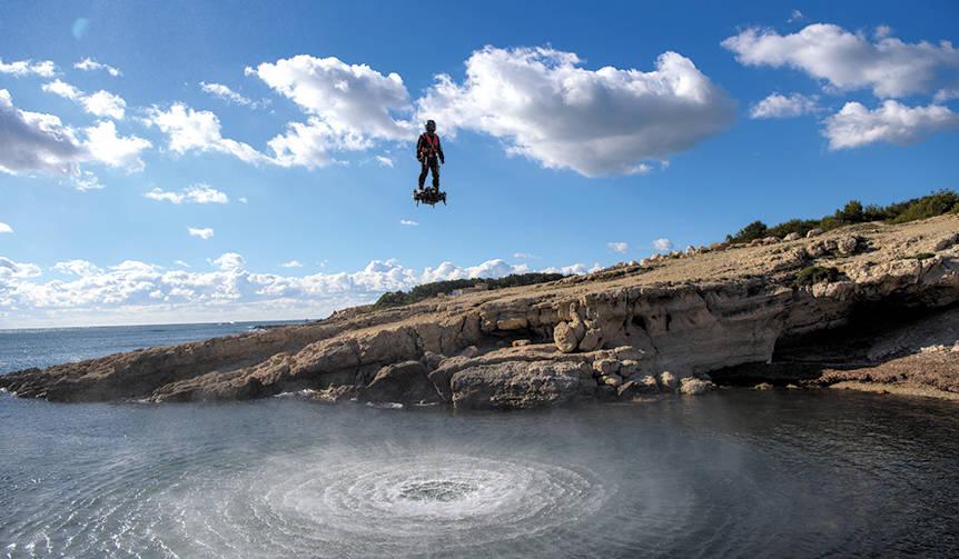 """""""空中セグウェイ""""−−直立人間が、ジェット噴射で自在に浮遊 BREITLING"""