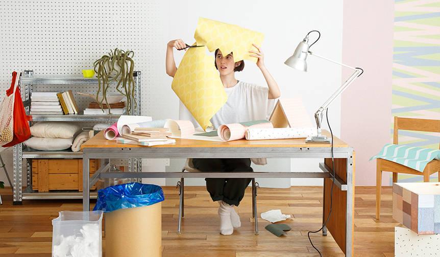 道具は不要。簡単に貼ってはがせる壁紙「EASY2WaLL(イージートゥーウォール)」|WhO