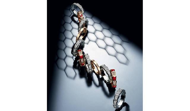 最も神話的な蛇をモチーフにした「セルペンティ ヴァイパー リング」|BVLGARI