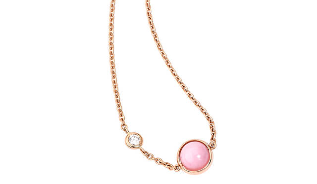 フェミニンなピンクオパールをフィーチャーする「ポセション」の日本限定ペンダント|PIAGET