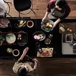 キッチンを囲むという新発想。システムキッチン「いろりダイニング」|Panasonic