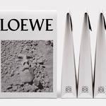 ロエベ、ビジュアル・エイズの支援を目的とした限定Tシャツを発売|LOEWE