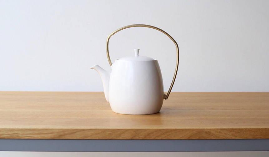 注ぐ際の手の負担にも配慮。磁器と真鍮を組み合わせた大容量の土瓶急須|すすむ屋茶具