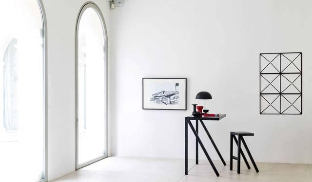 室内でも屋外でも軽量で使いやすい。直線的なフォルムのシンプルなスツール|MAGIS