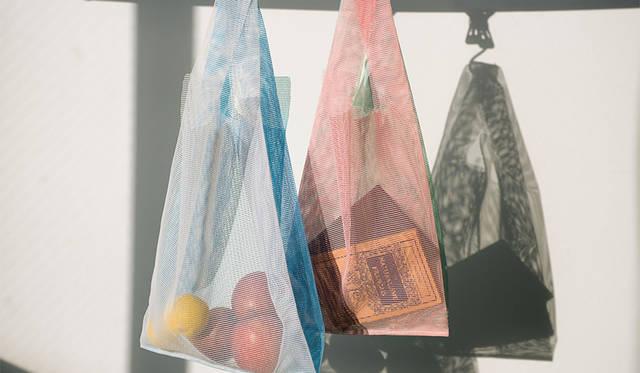 従来のコンビニ袋を意匠として受け継ぎ、丈夫で長く使えるコンビニバッグ|amabro ギャラリー