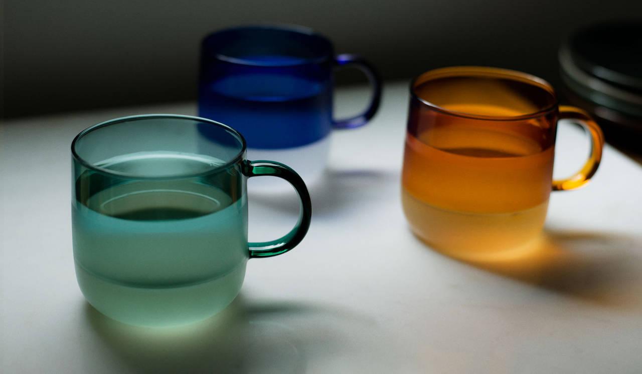 カラーガラスとミルクガラスの2トーン。飲み物で表情が変化するマグ|amabro