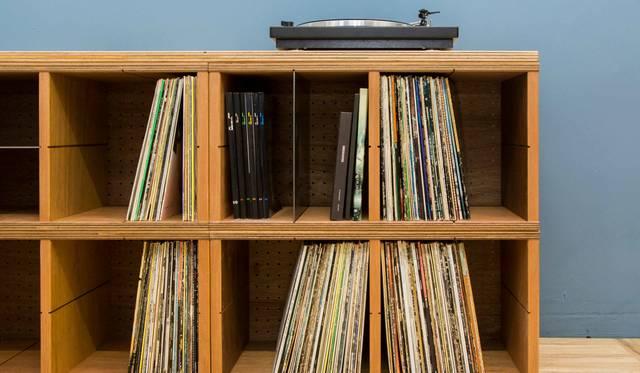 良質なラワン材を贅沢に使用した堅牢でシンプルなレコードシェルフ|TYPE
