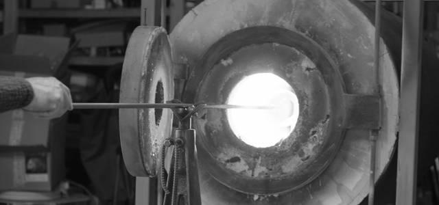 作家とガラスとの対話から生まれる結晶。吹きガラス工房「スタジオプレパ」の展示がスタート|CURATOR'S CUBE