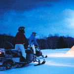 月明かりに照らされた雪原をスノーモービルで駆け抜ける!|TRAVEL