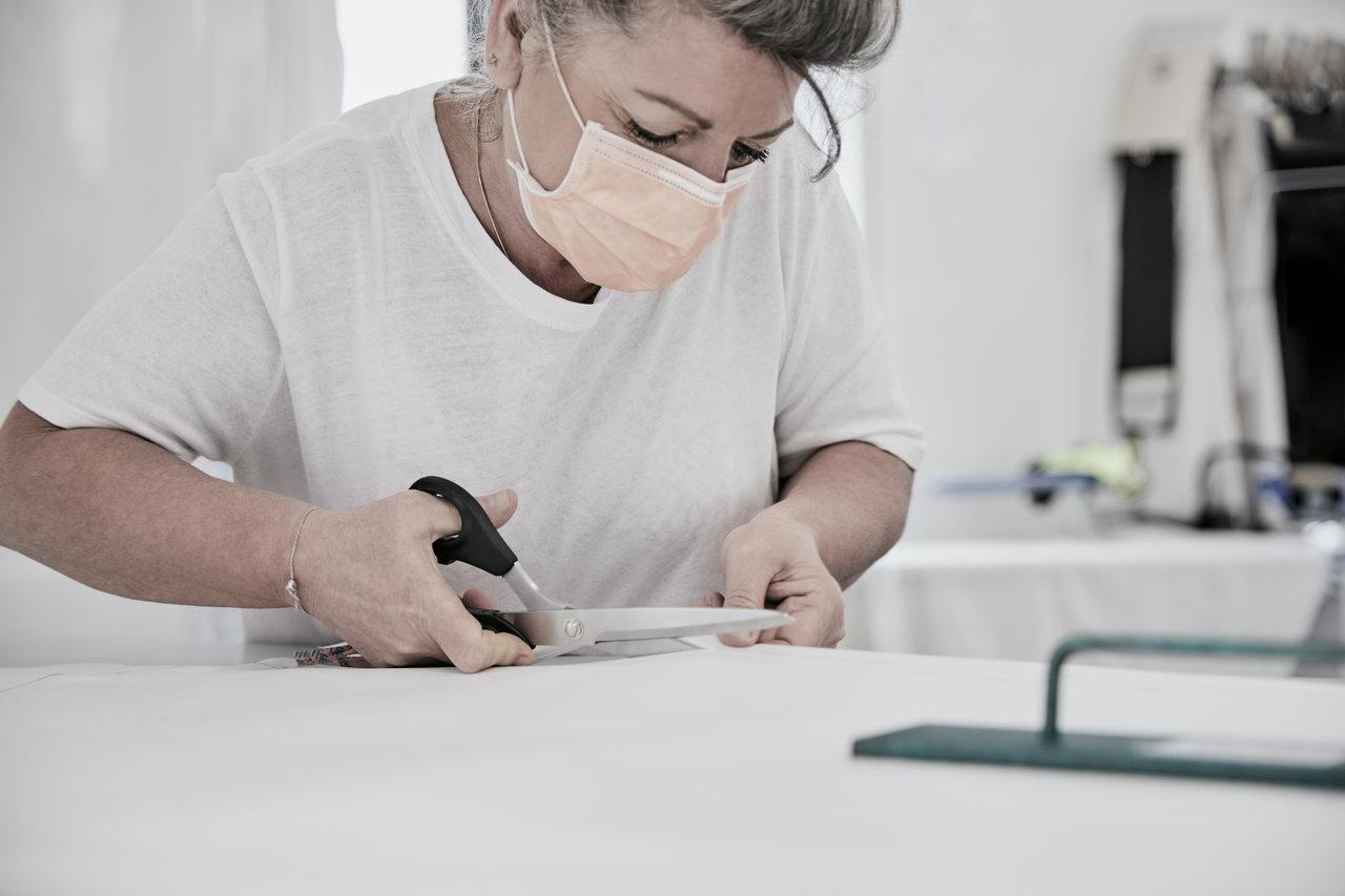 ルイ・ヴィトンが医療機関向けガウンの製作を開始|LOUIS VUITTON
