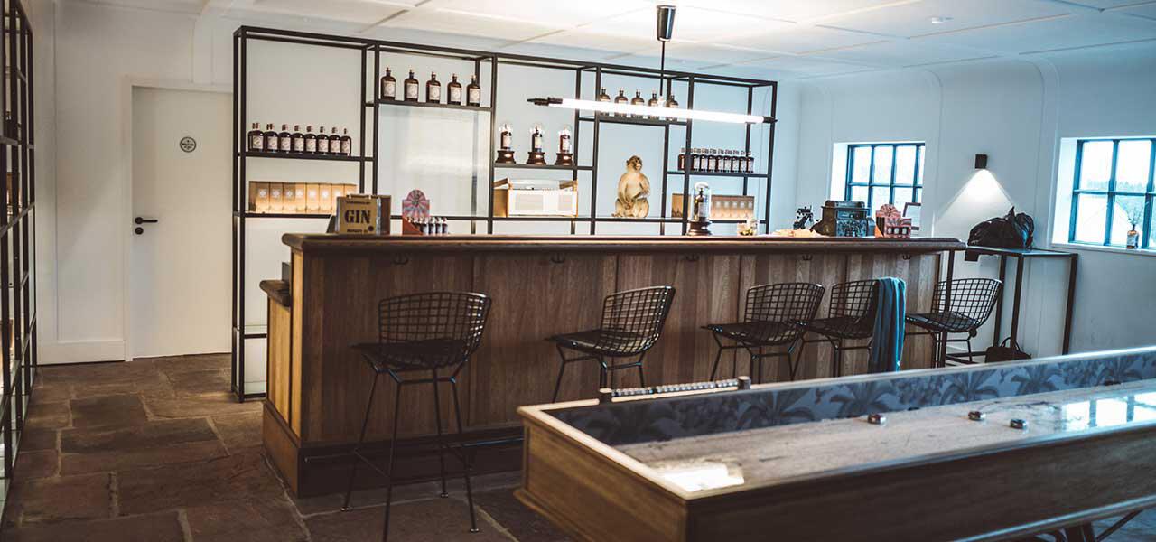 ブラックフォレスト蒸留所 ビジターセンター1階に併設されたBAR。ここでは、MONKEY 47の試飲に加え、限定アイテムの販売が行なわれている。MONKEY 47創設者、アレクサンダー氏好みのクリーンでオープンなデザインだ。