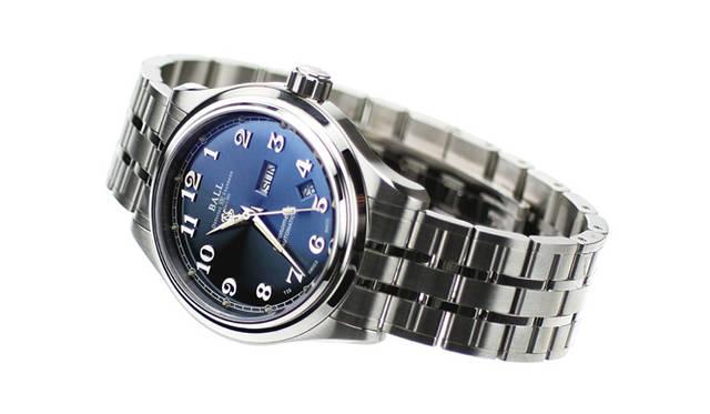 <strong>Ball Watch|ボール・ウォッチ</strong> トレインマスター クリーブランド エクスプレス。3針式モデルにしては重厚な直径41mm×厚さ12.5mmのケースサイズを採用。デイデイトを搭載するため実用性も高い。写真はブルー文字盤。