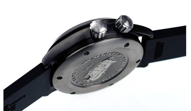 <strong>Ball Watch|ボール・ウォッチ</strong> エンジニアマスター&#08545; ダイバーTMTのサイドビュー。2時位置にはインナーベゼルを操作するためのリューズ(両方向回転式)を備える。