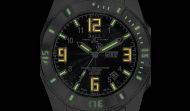 <strong>Ball Watch|ボール・ウォッチ</strong> エンジニア ハイドロカーボン チタン  自動巻き チタンケース (写真は暗闇のなかでマイクロガスライトが輝く様子)