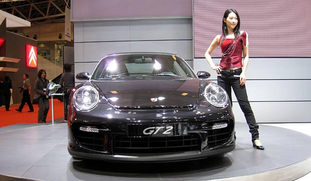 いわゆる「997型」となる最新・最強の「911 GT2」はポルシェの花形。530psものパワーを発生する強心臓、ツインターボチャージャー付き3.6リッター水平対向エンジンをリアに搭載する。