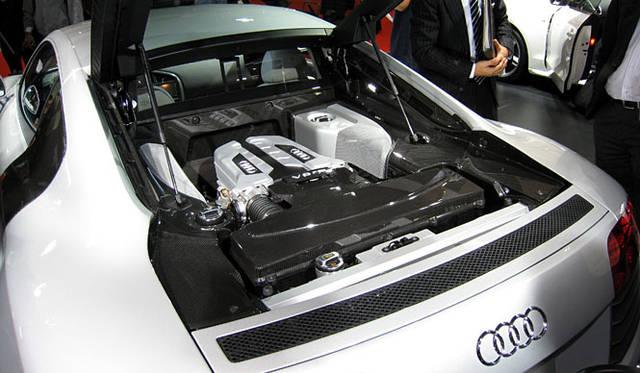 420psを発生させるV8 FSI エンジン。0-100km/h加速は4.6秒、最高速度は301km/hに達する。駆動方式はご存知「クワトロ」こと4WDだ。