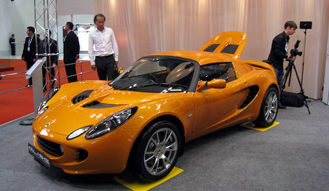 軽量なアルミ製ボディを採用するが、このモデル、車重は1トンをきるものの903kgとエリーゼとしてはちょっと重め。