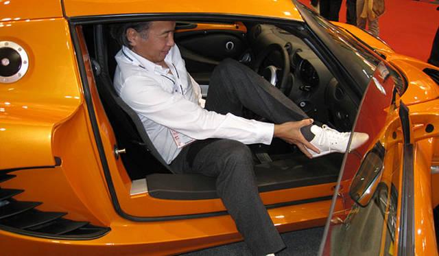 タイトなコックピットに乗り込む。トランスミッションは6段のマニュアル。