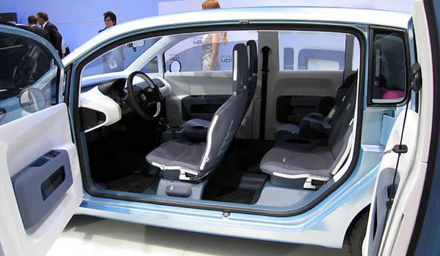 全長3680×全幅1630×全高1540mm。名前のとおり広い車内スペースが自慢。観音開きのドアをあけると4つのシートとすっきりとしたインテリア。