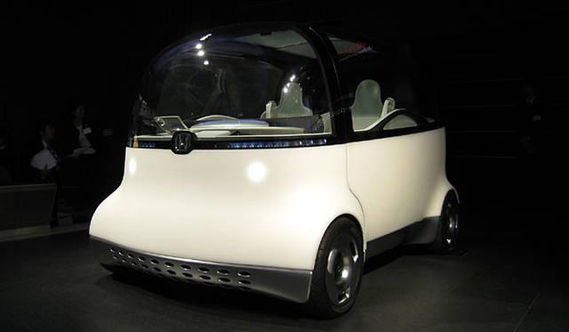 「ホンダPUYO」。文字どおりプヨプヨの柔らか素材でつくられた異色の1台。これでも、次世代のクルマとして市販、普及が待たれる燃料電池車である。