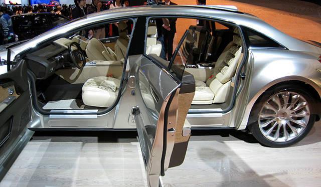 観音開きのドアをそなえるコンセプトカー「メルセデス・ベンツF700」。