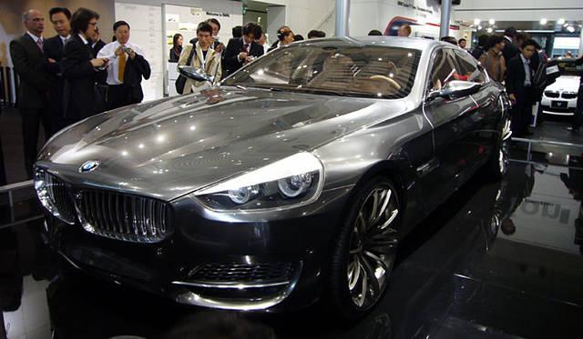 メタリックな外皮につつまれた「BMWコンセプトCS」。高級グランツーリズモのかたちを提案する4ドアクーペ。