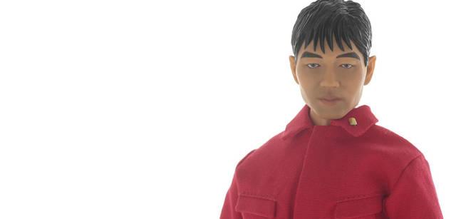 <br>アルバム『ソリッド・ステイト・サヴァイヴァー』で着用していた赤い人民服を纏った3人を完全再現。2008年2月発売予定、3万9900円