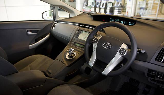 インストゥルメントパネルは、ドライバーの視線移動が少ないセンターメーターを採用。