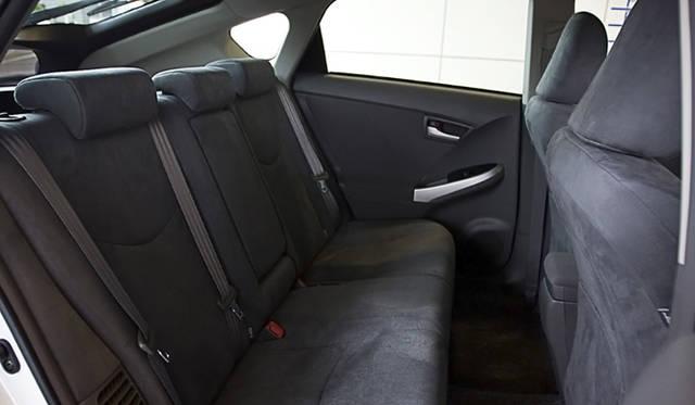 フロントシートのシートバックを薄型化したことで、後席の膝まわりに余裕が生まれた。