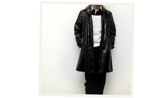 "<div align=""right"">迷彩ナイロンコート 59,000円、シャツ 16,000円、タンクトップシャツ 6,000円、パンツ 30,000円</div>"