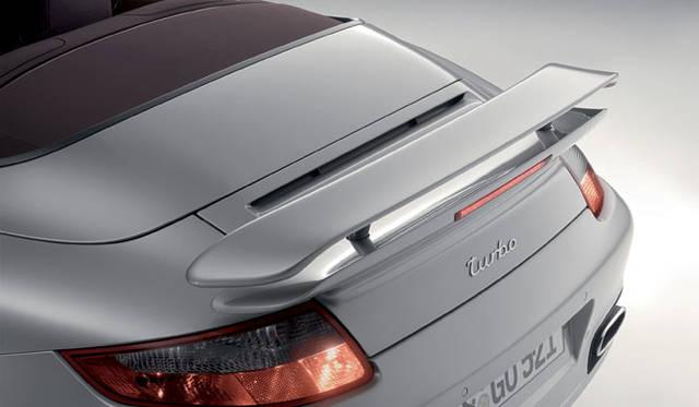 <b>PORSCHE 911 TURBO CABRIOLET|ポルシェ911ターボカブリオレ</b><br>911ターボカブリオレのリアウイングは、クーペよりも30mm高く上昇。911カブリオレのなかでは唯一リアアクスルにダウンフォースを与えることができる設計だ。