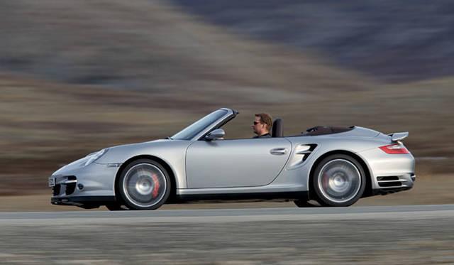 <b>PORSCHE 911 TURBO CABRIOLET|ポルシェ911ターボカブリオレ</b><br>911ターボカブリオレにはPASM(ポルシェ アクティブ サスペンション マネージメントシステム)が標準で備わり、スポーティな走行と快適さを両立することができる。