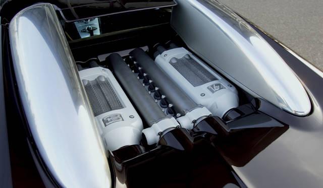 <br>キャビン後方に搭載される8.0リッターW16エンジン。フォルクスワーゲングループが誇る高性能コンパクトユニットのW8やW12の延長線上にあるW16は、1001ps、1200Nmという圧倒的パフォーマンスを備える。