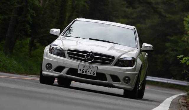 <b>Mercedes-Benz C63AMG|メルセデス・ベンツC63AMG</b><br>ボンネットフードのパワードーム、フロントスポイラーに備わる大型エアインテークなど、力強さあふれるフロントマスク。