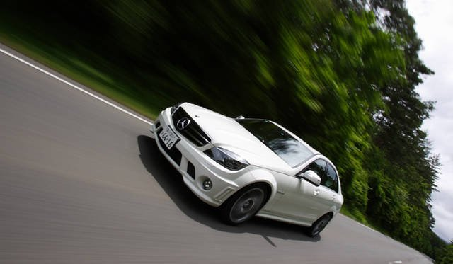 <b>Mercedes-Benz C63AMG|メルセデス・ベンツC63AMG</b><br>1800kgのボディを、最高出力457ps、最大トルク600Nmというアウトプットで引っ張る。